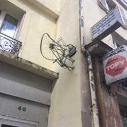 Le cycliste n'a pas vu le mur !