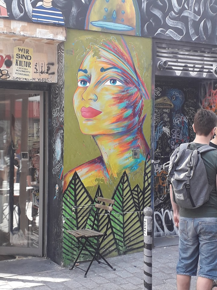 Une femme toutes en couleurs