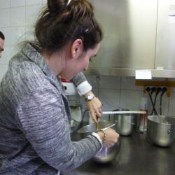 Une curieuse prépare la pâte, sous les conseils de Jean-Christophe