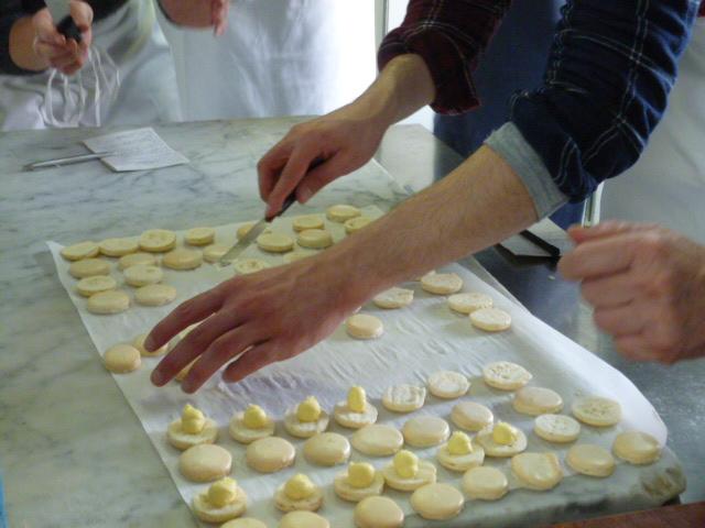 Remplissage des macarons avec la ganache