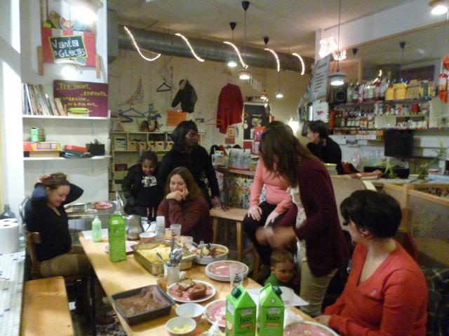 Les curieux au 1er TROC TOUT Cafézoïde avec PariSolidari-Thé
