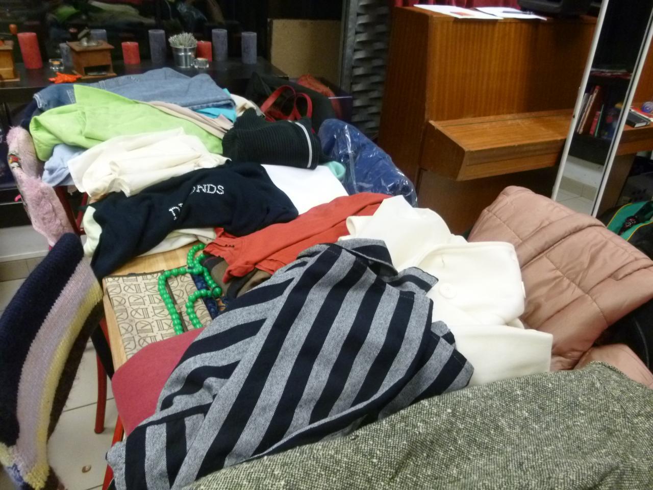 Beaucoup de vêtements à troquer